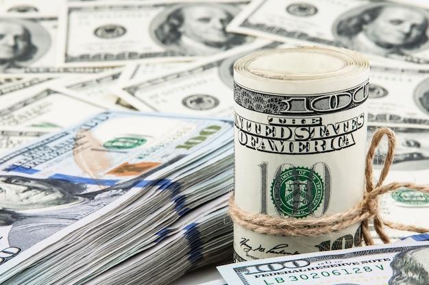 Rouleau de dollars américains et un paquet de dollars