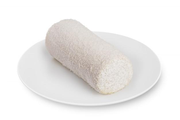 Rouleau d'éponge se trouve sur une plaque blanche sur blanc