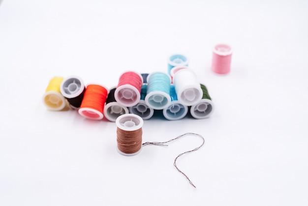 Le rouleau de fil marron placé devant le fil coloré montre la texture et les détails du fil
