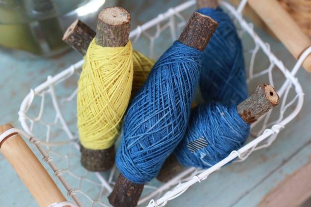 Rouleau de fil de soie coloré