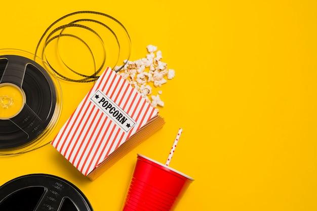 Rouleau de film et pop-corn