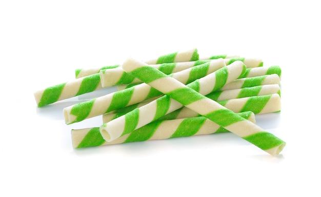Rouleau de galette verte sur fond blanc