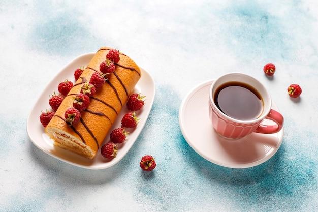 Rouleau de gâteau aux framboises avec des baies fraîches.