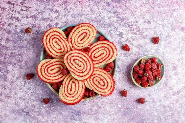 Rouleau de gâteau aux framboises délicieux fait maison.