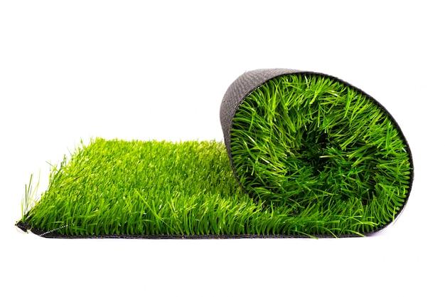 Rouleau de gazon artificiel d'herbe verte isolée.