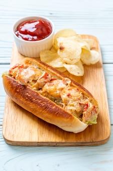 Rouleau de homard fait maison avec des croustilles