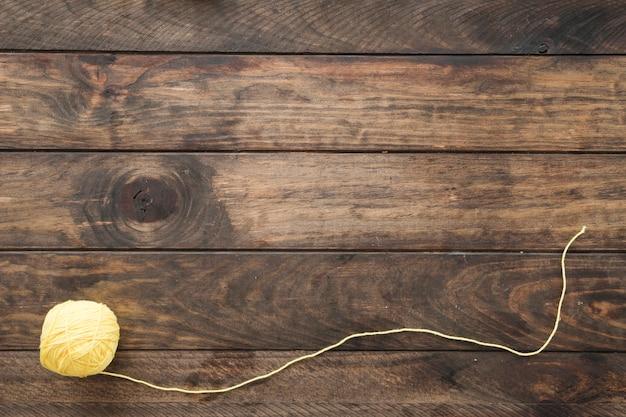 Rouleau de laine sur table
