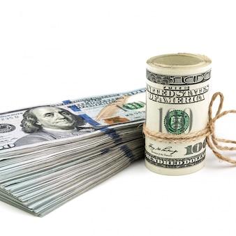 Rouleau et liasse de dollars, isolé.