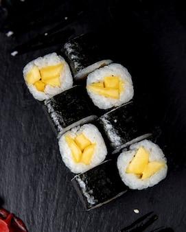 Rouleau de maki servi avec sauce