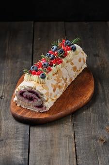Rouleau de meringue du nouvel an aux fraises myrtilles framboises et canneberges
