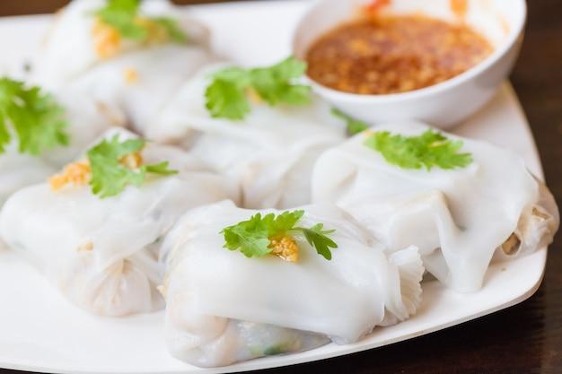 Rouleau de nouilles de riz. nourriture vietnamienne, sauce blanche en plaque blanche