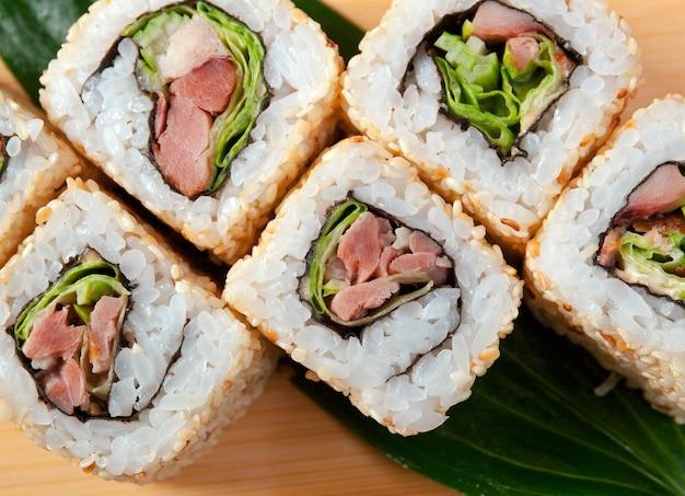 Rouleau de nourriture japonaise traditionnelle de sushi japonais à base de poisson fumé