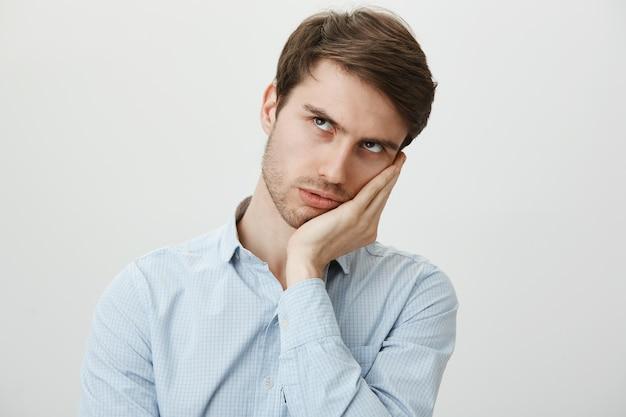 Rouleau d'oeil de gars ennuyé dérangé et facepalm mécontent