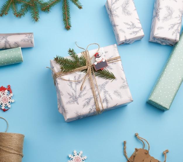 Rouleau de papier d'emballage, décor, branches d'épinette
