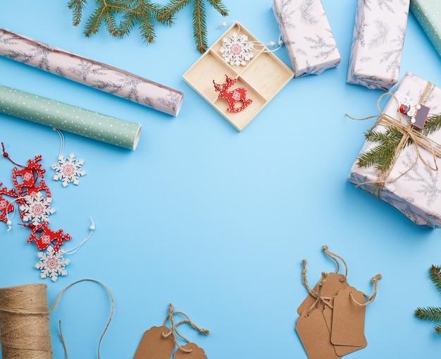 Rouleau de papier d'emballage, décoration, branches d'épinette, jouets de noël et boîtes à cadeaux