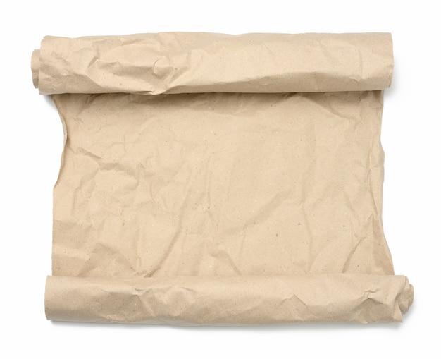 Rouleau de papier froissé marron sur fond blanc, espace pour copie