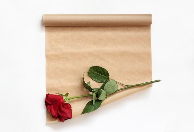 Rouleau de papier kraft et une fleur fanée