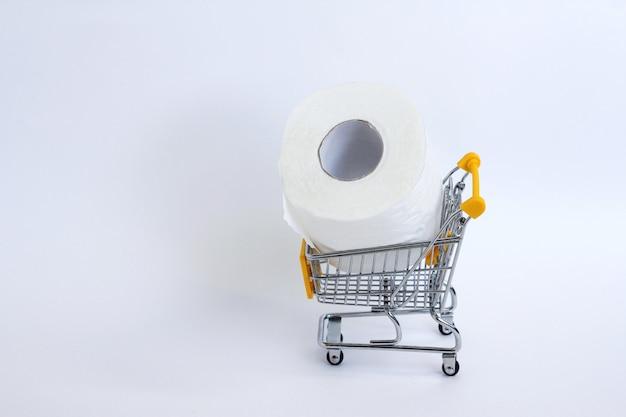 Rouleau de papier toilette blanc avec un panier d'achat sur un fond blanc.