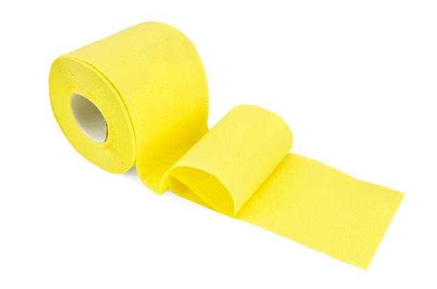Le rouleau de papier toilette jaune isolé sur blanc