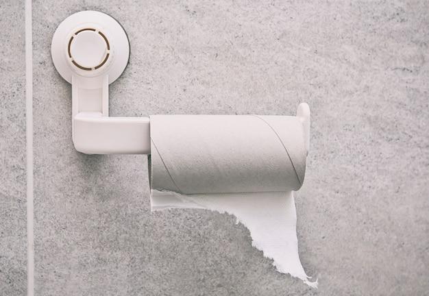 Rouleau de papier toilette vide sur le support