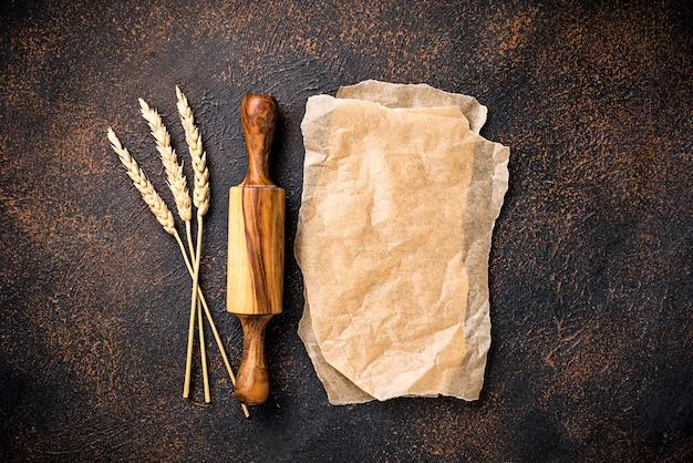 Rouleau à pâtisserie et épis de blé