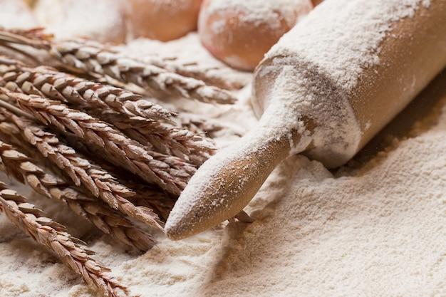 Rouleau à pâtisserie et œufs dans la farine