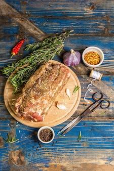 Rouleau de porc cru farci à l'ail et aux carottes
