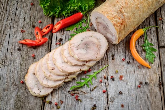 Rouleau de poulet au four avec des épices et des légumes