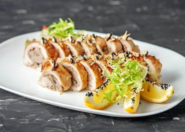 Rouleau de poulet aux champignons farcis. le concept de nourriture nourrissante.