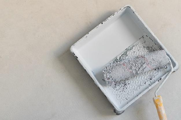 Rouleau pour peindre les murs et les plafonds, concept de rénovation domiciliaire. photo de haute qualité