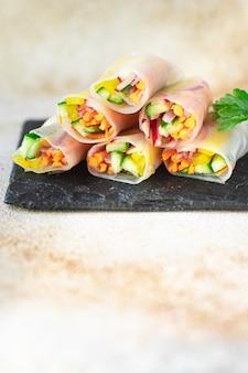 Rouleau de printemps nem plat de papier de riz aux légumes sur la table copie espace repas sain collation