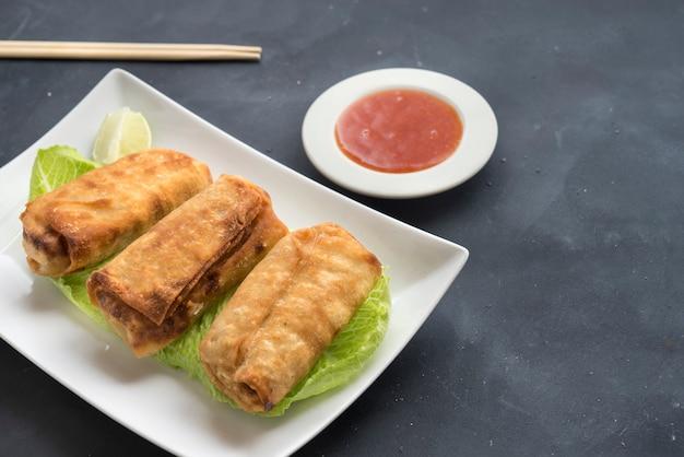 Rouleau de printemps thaï frit sur plaque