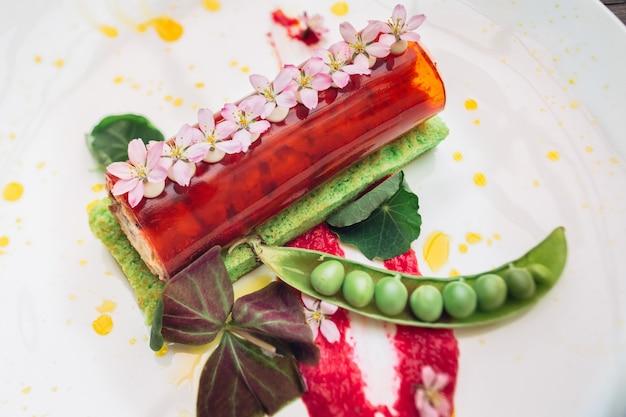 Rouleau rouge et haricots verts servis sur assiette blanche
