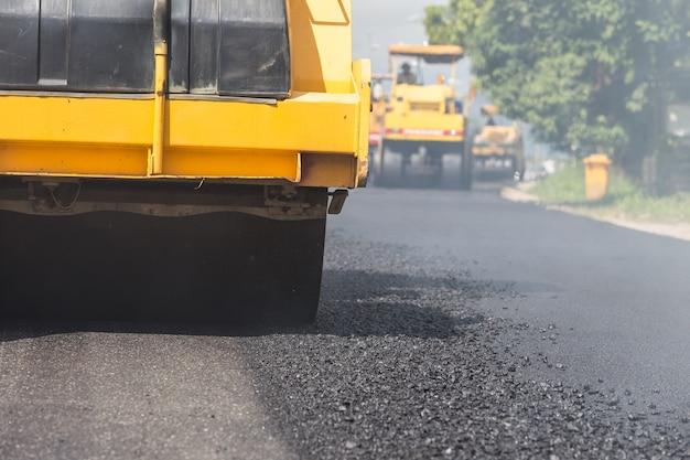 Rouleau de route travaillant sur le nouveau chantier de construction de route