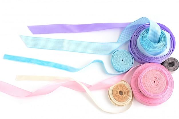 Un rouleau de ruban de couleur pour l'artisanat et la décoration