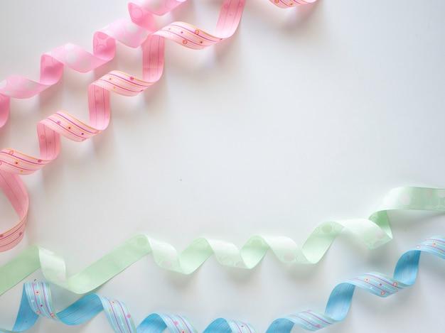 Rouleau de ruban multicolore sur un blanc