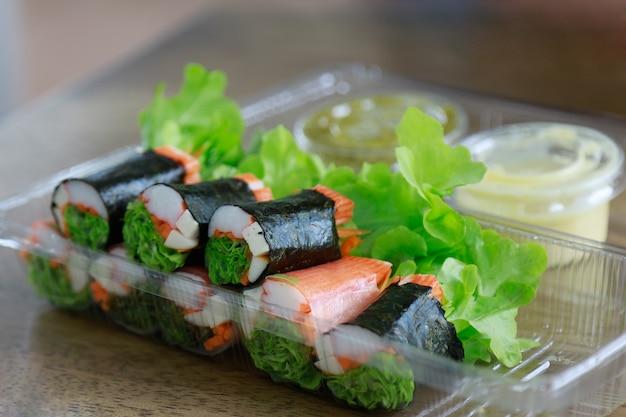 Rouleau de salade au crabe dans une boîte en plastique pour manger sainement