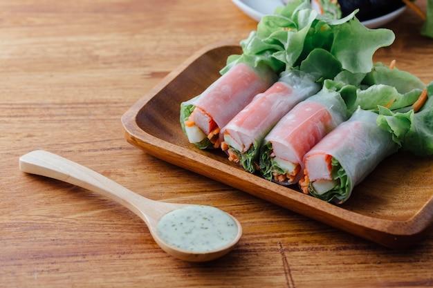 Rouleau de salade sur table en bois