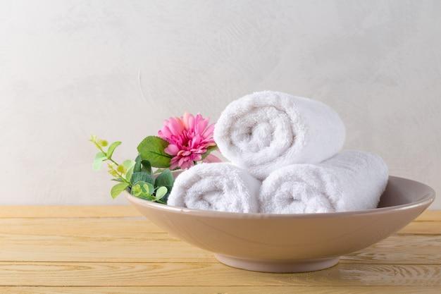 Rouleau de serviettes avec fleur