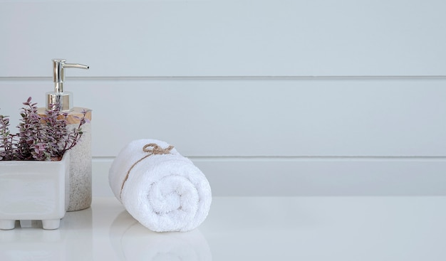 Rouleau de serviettes de spa propres sur table blanche avec espace de copie.