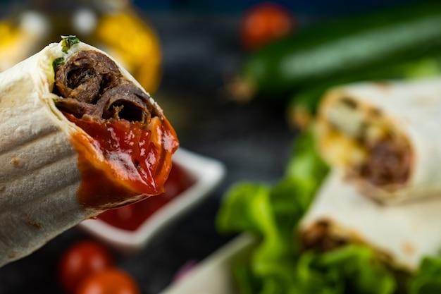 Rouleau de shaurma à la viande, cuisine de rue arabe