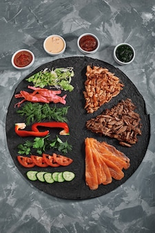 Rouleau de shawarma, burrito, poulet et saumon maison avec légumes et sauce