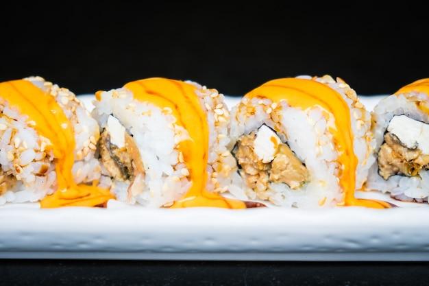 Rouleau de sushi à l'anguille avec du fromage