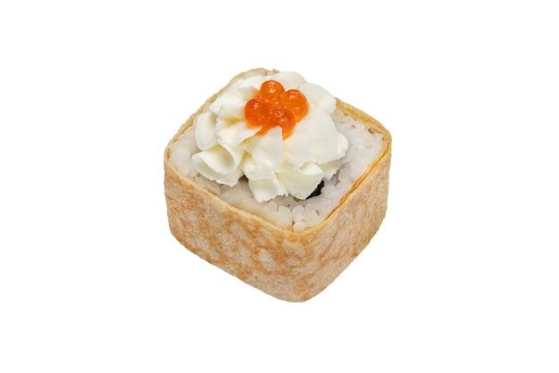 Rouleau de sushi au fromage à la crème de fruits de mer garni de caviar rouge gros plan isolé sur blanc