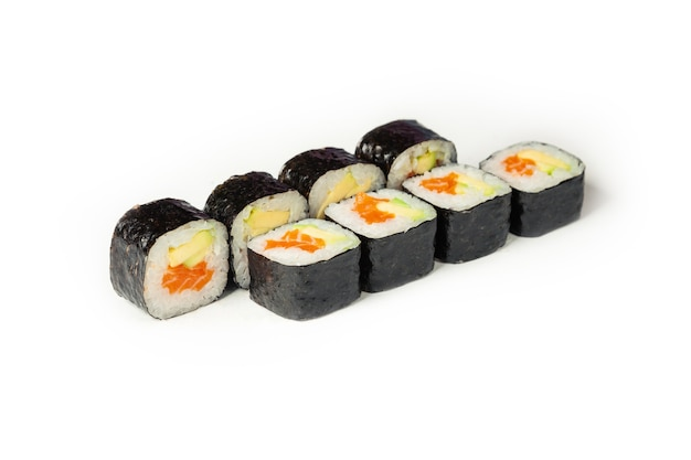 Rouleau de sushi au saumon et avocat sur une plaque blanche