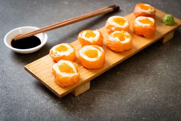 Rouleau de sushi au saumon frais avec mayonnaise et œuf de crevette