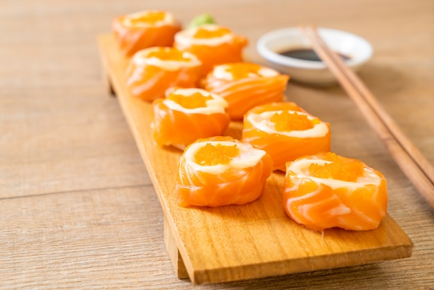 Rouleau de sushi au saumon frais avec mayonnaise et œuf de crevettes. style de cuisine japonaise