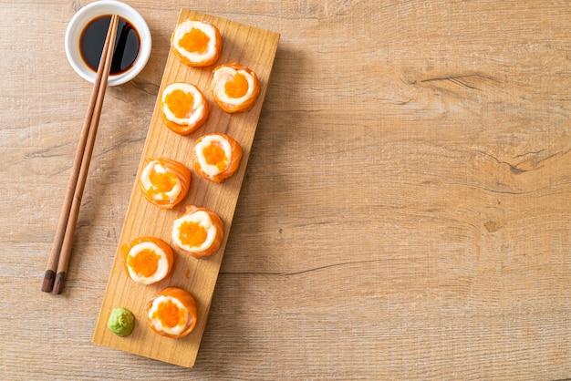 Rouleau de sushi au saumon frais avec mayonnaise et œuf de crevettes