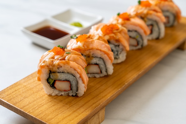 Rouleau de sushi au saumon grillé avec sauce