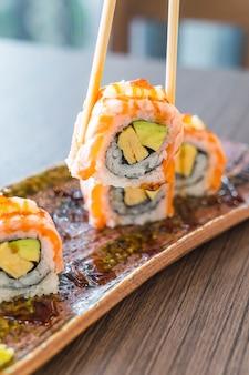 Rouleau de sushi au saumon grillé